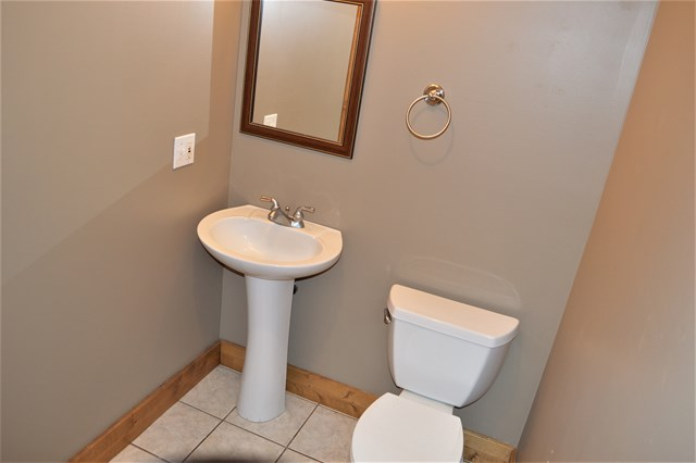 Main level 1/2 bath